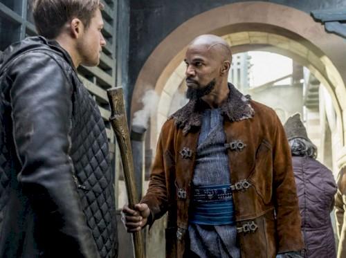Taron Egerton é treinado por Jamie Foxx em novo clipe de Robin Hood - A Origem