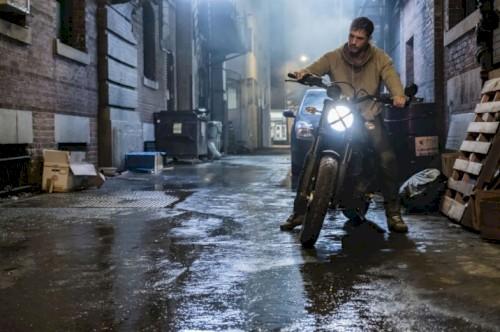 Eddie Brock lida com o simbionte alienígena no primeiro teaser do filme Venom
